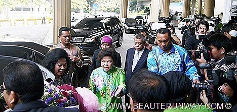 Malaysia International Shoe Festival 2012 Kuala Lumpur The QueenTourism Minister Dr Ng Yen Yen Jimmy Choo shoe couture designer