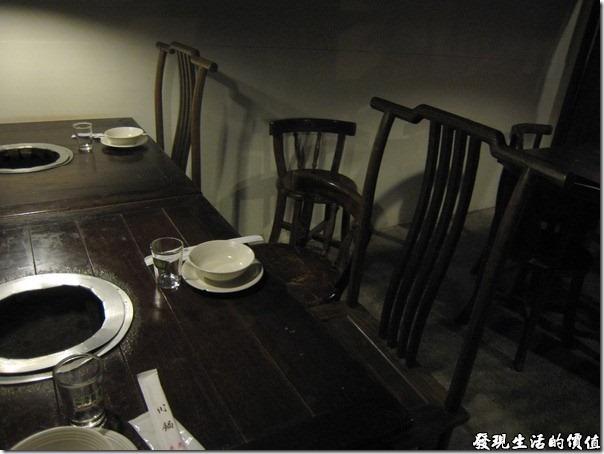 台北-魯旦川鍋。餐廳內古典的中國風家具,因為沒有開閃光燈,所以比較昏暗。