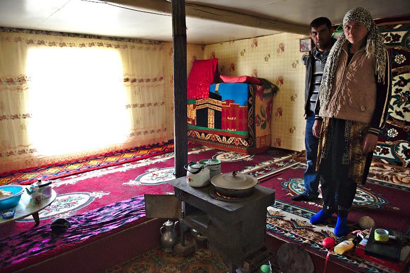 Interiorul unei case din Alichur.