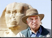 Zahi_Hawass_and_sphinx