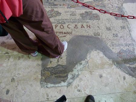 cu piciorul pe mozaicul din Madaba