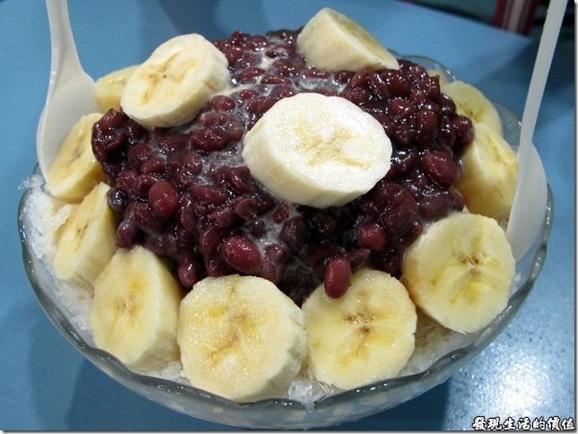 台南-裕成水果店。《香蕉紅豆牛奶冰》,NT$100。如果你女朋友或老婆在凌晨三點跟你說想吃新鮮的水果,你有辦法弄給她嗎?沒關係,在台南有一家《裕成水果店》的營業時間從每天中午到凌晨五點,來這裡肯定可以買得到並吃得到新鮮好吃的水果盤與果汁。
