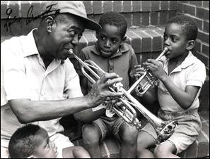 Louis Armstrong toca com crianças