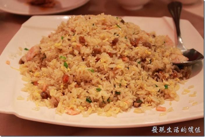 花蓮-理想大地渡假村中餐廳。鮭魚鮮蝦飯,NT320 。這炒飯米粒鮮明,用的使長條形的泰國米,裡頭有臘腸,雞蛋及鮭魚,個人感覺還蠻好吃的。