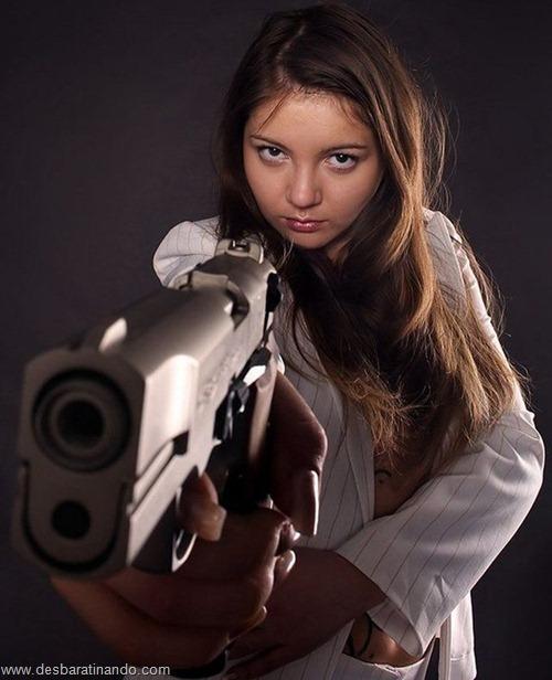 gatas armadas mulheres lindas com armas sexys sensuais desbaratinando (40)