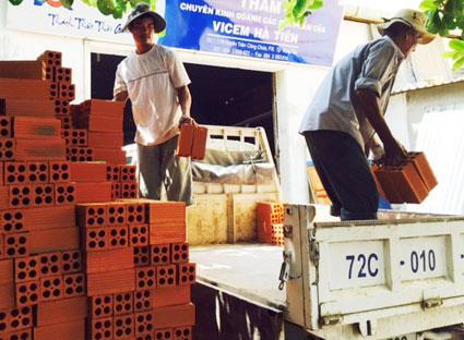 Vận chuyển gạch để giao cho khách hàng tại Công ty TNHH vật tư xây dựng Thẩm.