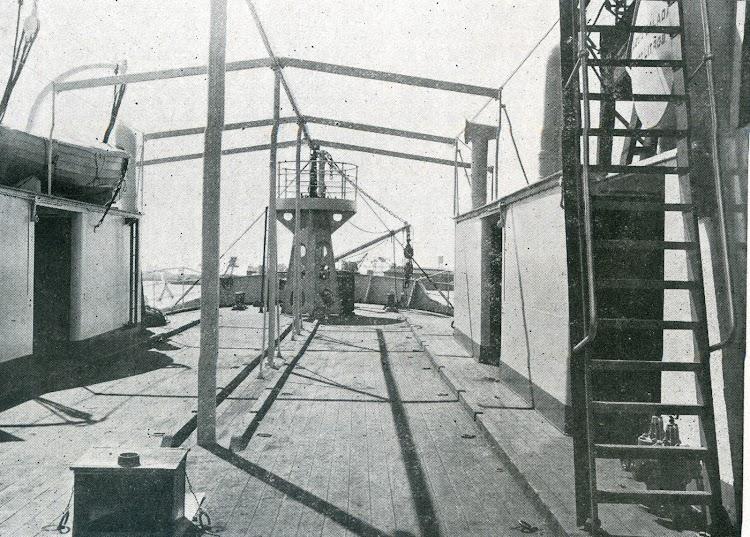 Vista de la cubierta hacia proa. Foto de la revista INGENIERIA NAVAL. Septiembre de 1931.jpg