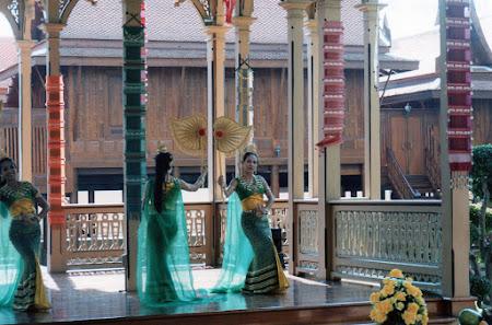 Dansuri Thailanda la Vimanmek Palace Bangkok
