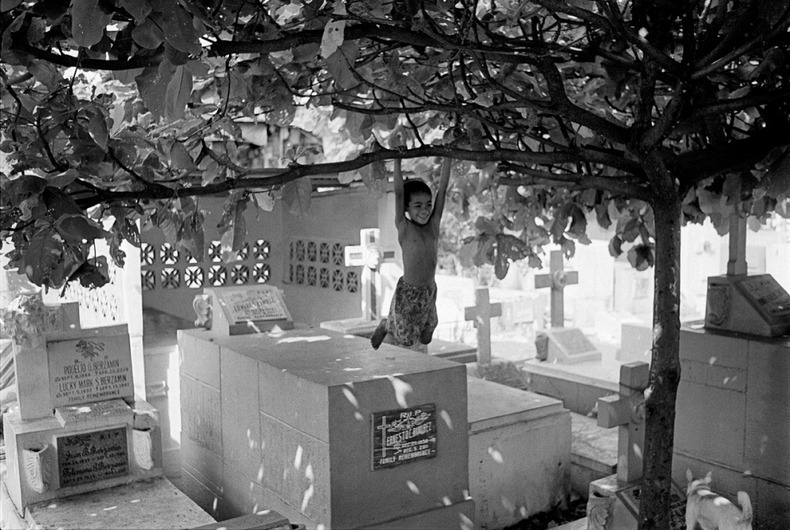 manila-cemetery-16%25255B2%25255D - The Living Residents of Manila's North Cemetery: An Inspiring Pictorial - Weird and Extreme