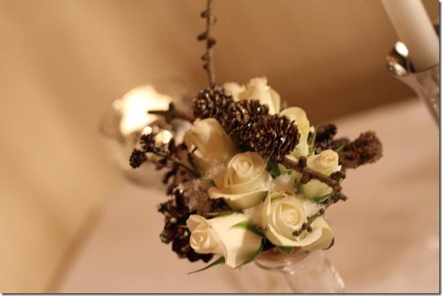 hvitt bord pyntet med sølv, kongler, diamanter og snø  IMG_0733