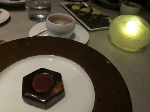 L'ECROU AU CHOCOLAT et praline croustillant, glace noisette - Tower bolt, dark chocolate praline, hazelnut ice cream