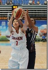 日本隊小菅由香與印度隊考爾爭搶籃板球