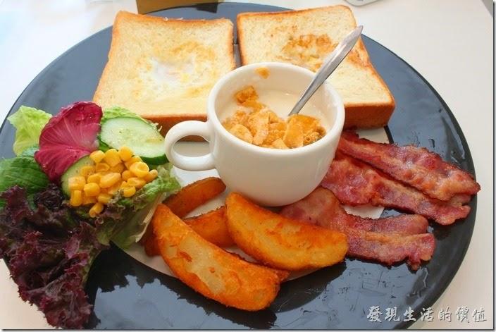 台南-看見咖啡(Vedere)早午餐。今天來用早午餐的【看見】咖啡(Vedere)是一間在2014年初才開幕的咖啡館,空間雖然不大,但是窗明几淨,感覺很明亮,有別於台南大部份咖啡館走的復古風格,燈光昏暗的環境。