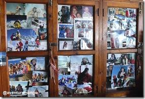 Vários escaladores enviam suas fotos de cume com o cartão do mosteiro