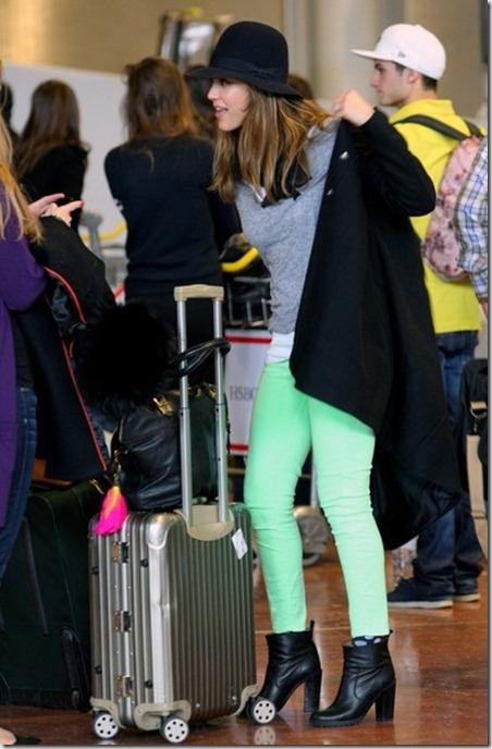 Alba arrives in Paris NMKG3TcEvnMl