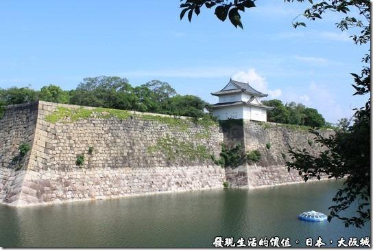 日本大阪城,這是大阪城的第一道護城河與城牆,城牆全是由一塊快得石頭堆砌而成。