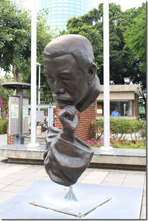 台南-成大裝置藝術。光復校區門口的「詩人」,我倒覺得比較像個「沉思者」,巧妙的只利用頭手,就把整個感覺表現出來,還利用物理中線維持整個雕塑的平衡。