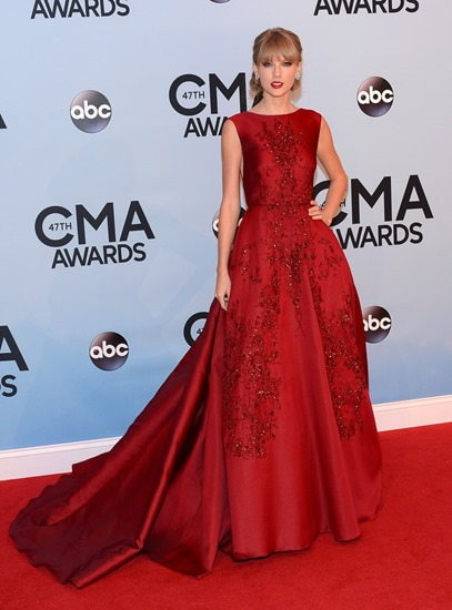 Taylor-Swift-hit-red-carpet-red-gown-CMAs