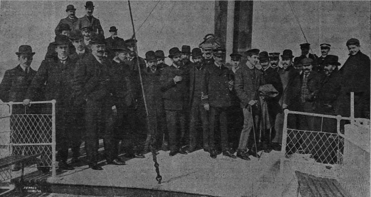Grupo de excursionistas a bordo del ARES. De la revista CORUÑA MODERNA. Año 1905.bmp