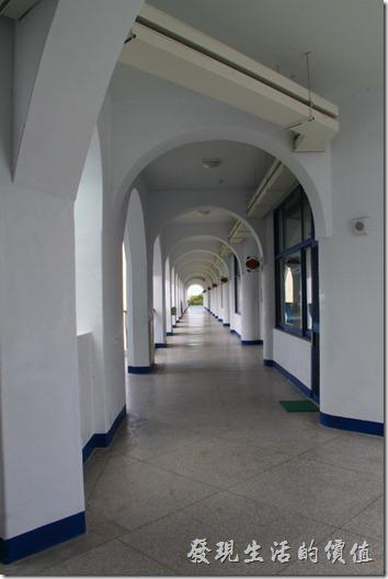 台東豐源國小-地中海造型學校。拱型的迴廊。