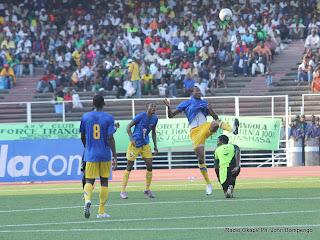 Dégagement du ballon entre les joueurs (V. Club en noire et lupopo en bleu) ce 22/05/2011, au stade des Martyrs à Kinshasa, lors de dans le cadre de Vodacom Super Ligue dont le score final, 2 pour V. Club et 0 pour Lupopo. Radio Okapi/ Ph. John Bompengo