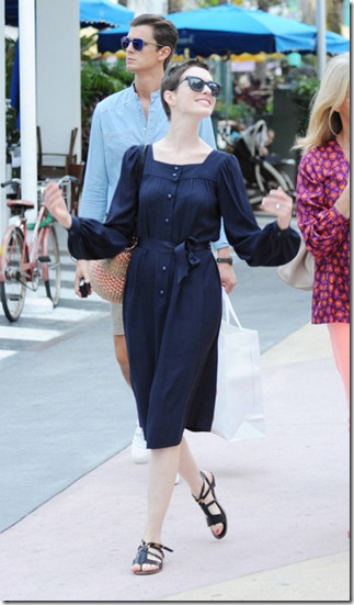 Anne Hathaway Anne Hathaway Shops Friends kz0XPRuPYs8l