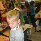 Troon van krantenpapier in het eerste leerjaar