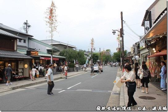 日本-渡月橋,因為七夕的關係,商店街也豎起了房子還高的的竹竿,上面有結綵,喜氣洋洋。