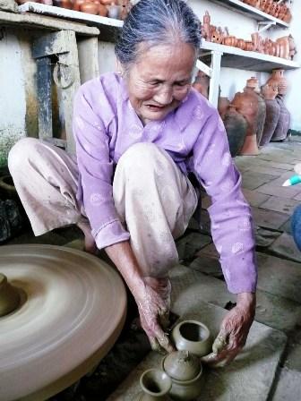 Nghệ nhân Nguyễn Thị Dược đang trình diễn cách làm các sản phẩm gốm
