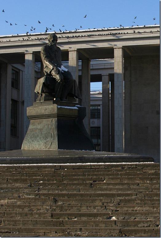 Monumento Dostoevsky - em frente da Biblioteca