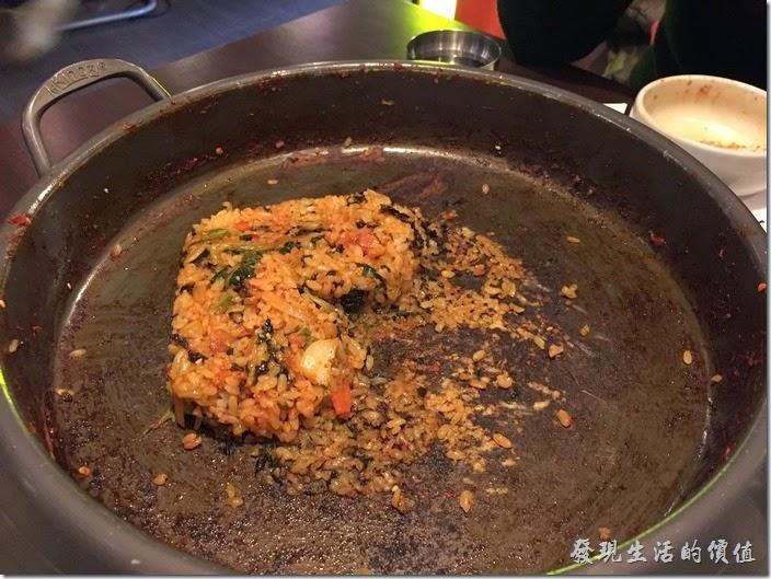 台北-紅通通韓國平價料理。同事惡搞,把吃剩一半的拌飯再做出一個小【心型】!這有點醜吧!