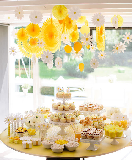 Imagine recreating this daisy dessert table for your wedding or bridal shower!