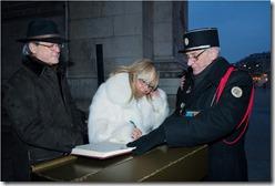 Firma del libro de visitantes de honor del Comité de la Flama