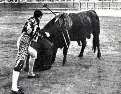 1915-09-30 (p. 10-06) Mundo Grafico Joselito gana la 1 oreja Sevilla 005