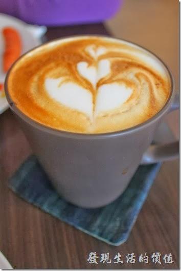 台南-Season_Cafe。熱的重拿鐵及熱的卡布奇諾咖啡,個人感覺重拿鐵的味道比較香醇順口且有牛奶的香味,而卡布可能是因為上面有厚厚一層奶泡保溫,所以喝的時候還可以喝到咖啡的溫度。