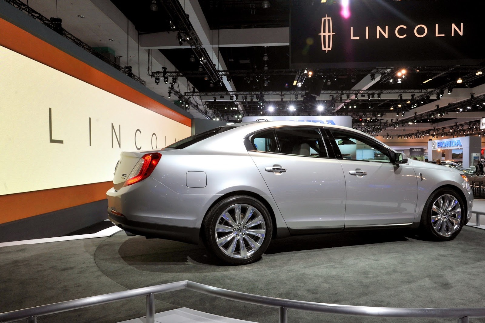 Lincoln Reveals New MKS Sedan and MKT at Los Angeles Auto Show