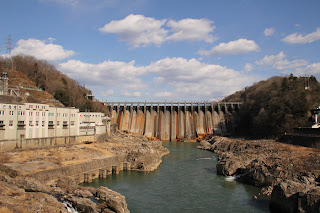 東雲橋より下流側の堤体を望む