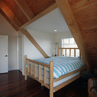 Master bedroom with exposed ceiling and roof trusses (Foto by Ted Grant)