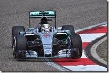 Lewis Hamilton con la Mercedes nelle prove libere del gran premio della Cina 2015