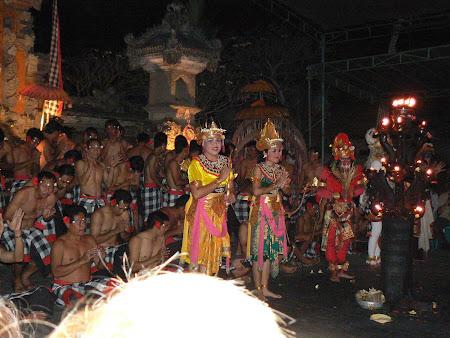 Ubud photo: Balinese dancers thanking public