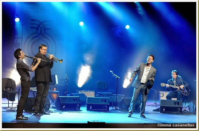 Santiago Auserón amb Gabriel Amargant (clarinet), David Pastor (trompeta) i Joan Vinyals  (guitarra), Teatre de l'Atlàntida, Vic 2013