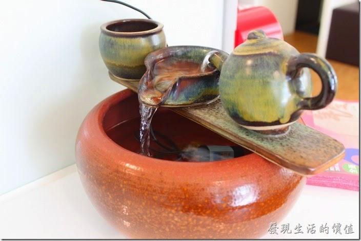 台南【看見咖啡】店內的擺飾,象徵川流不息。