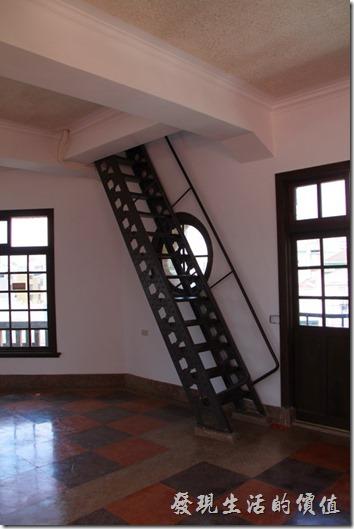 這個樓梯應該是早期建築時留下來的。