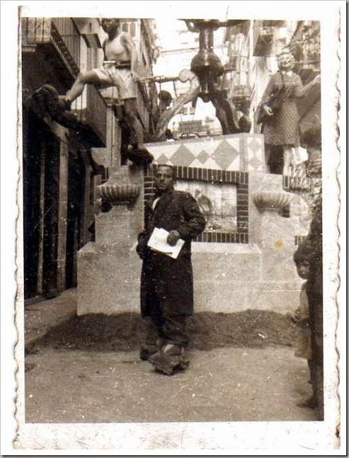 El poeta Nicolás junto a  una falla del centro histórico de Valencia.