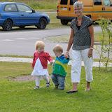Silje og grandfætter Julius holder i hånden, hvor sødt!