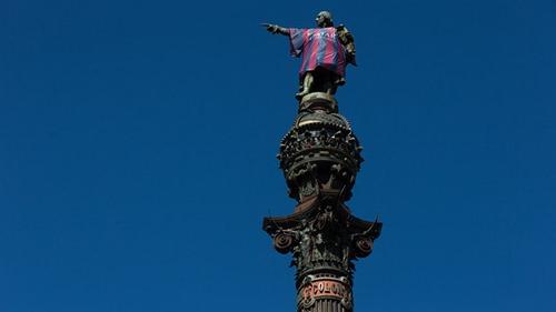 Patung Christopher Columbus  Memakai Jersey Barcelona