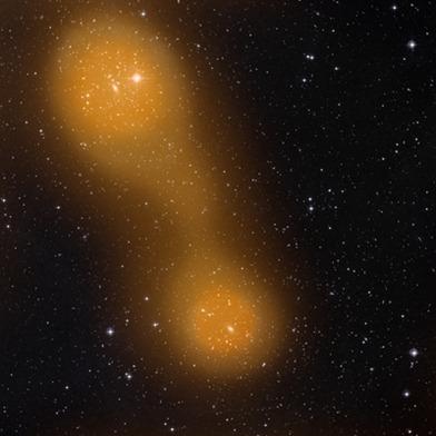 aglomerados de galáxias conectados por ponte de gás