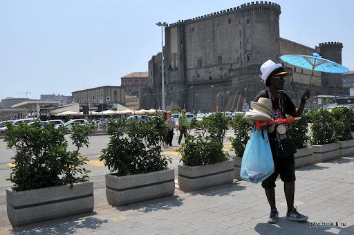Многие туристы обходят стороной городских торговцев