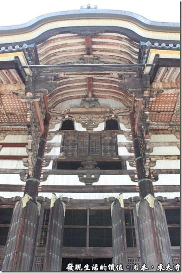 東大寺的大佛殿木造結構氣宇非凡、氣勢雄偉,正面寬57公尺、深50公尺、高47.5公尺,是世界最大的木造建築。