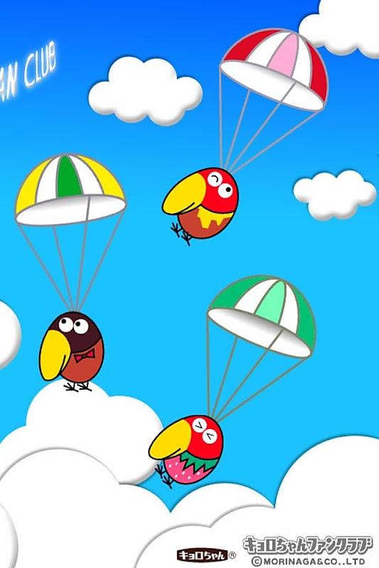 パラグライダーで飛んでいるキャラメルキョロちゃんとイチゴキョロちゃんとピーナッツキョロちゃんです。